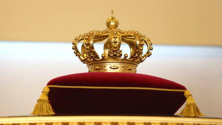 Uitgelichte afbeelding blog Prinsjesdag 2021. Afbeelding van een goede kroon op een rood fluwelen kussentje.