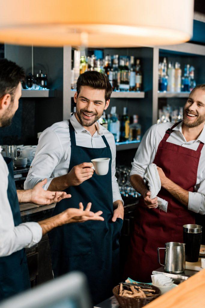 Drie heren die aan het werk zijn in een koffiebar. Deze afbeelding is puur decoratief.
