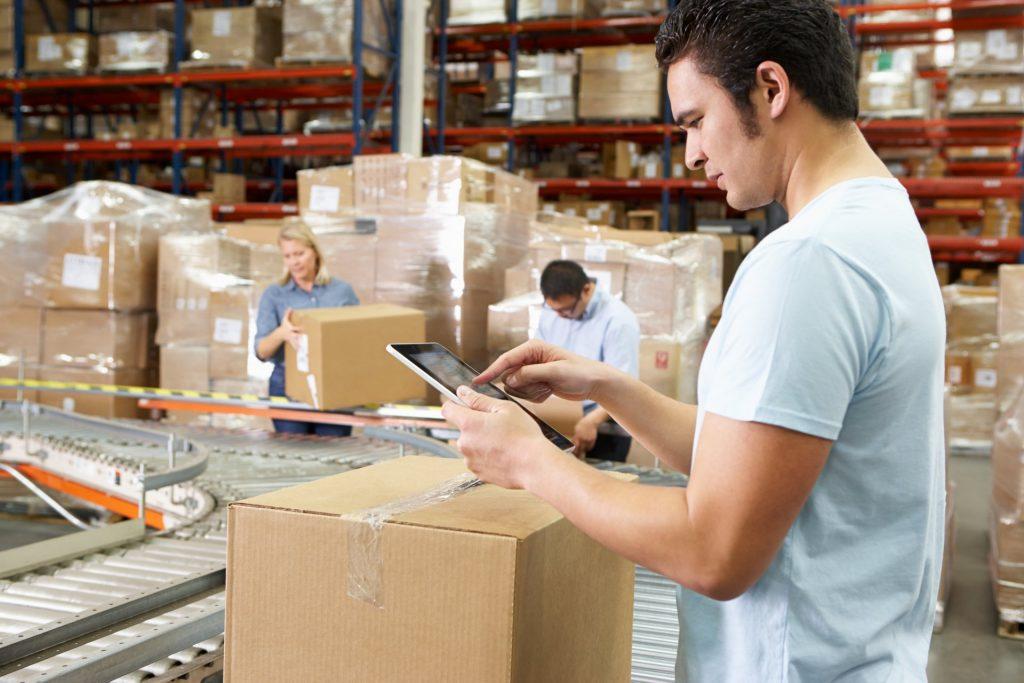 jonge man die aan het werk is in een warehouse. Afbeelding is puur decoratief.