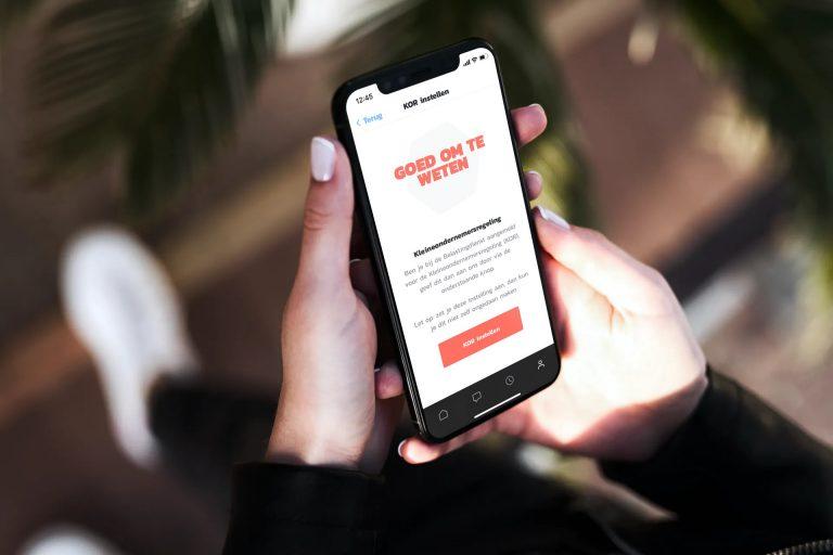 Uitgelichte afbeelding voor de blog Kleine Ondernemersregeling. Mobiele telefoon met daarop jobner branded informatie. Afbeelding is puur decoratief.