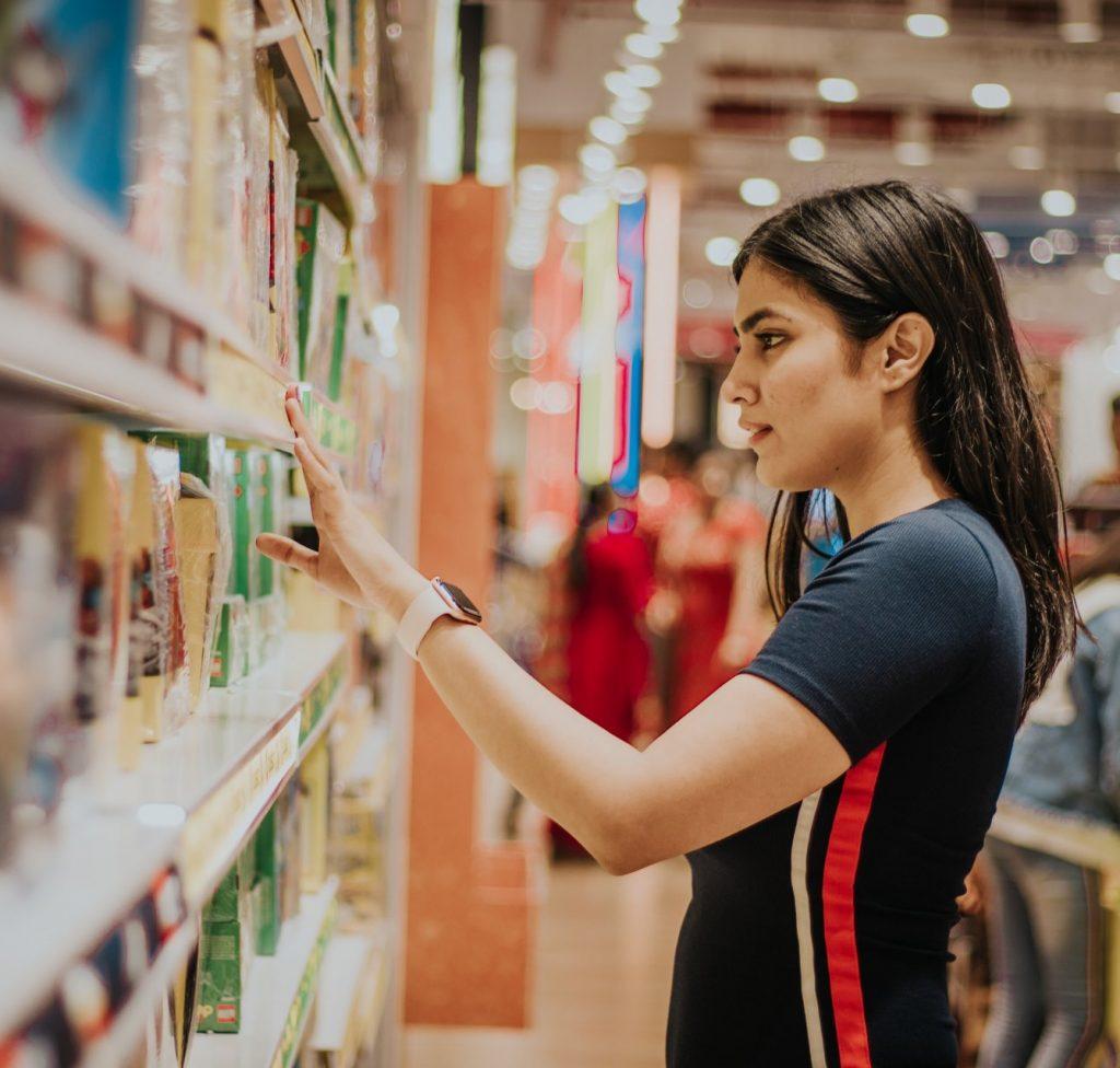 Jonge dame die aan het werk is in een winkel. Afbeelding is puur decoratief.
