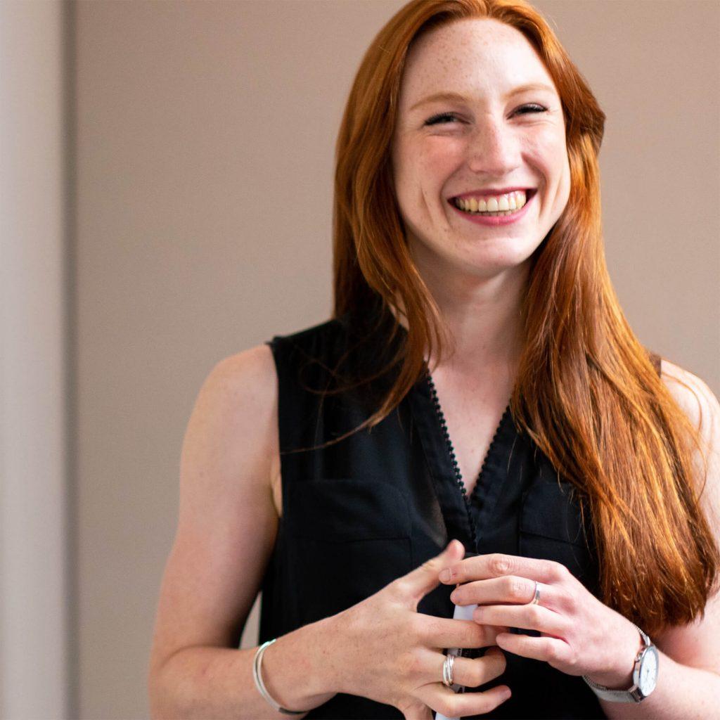 Een lachende vrouw. Deze foto is puur decoratief.